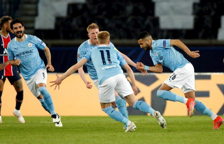 Jugadores del Manchester City celebran el gol de Riyad Mahrez.