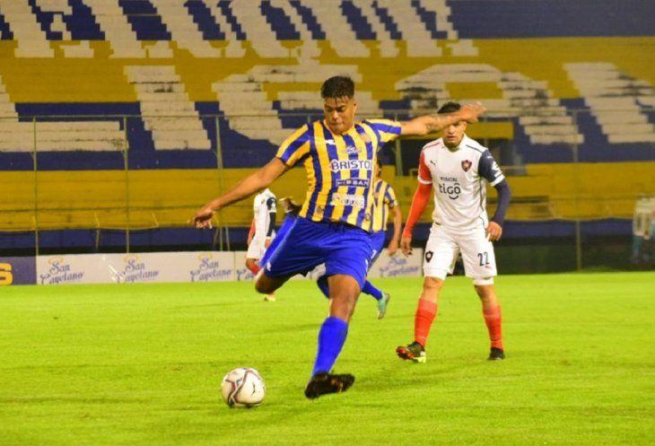 Pablo Meza fue titular en Sportivo Luqueño ante Cerro Porteño.