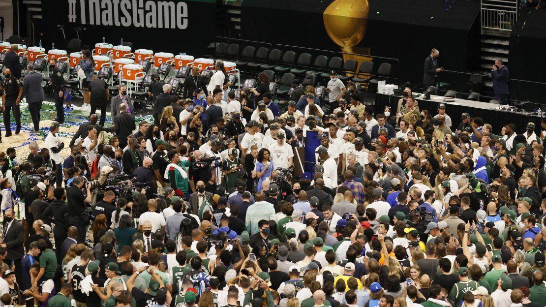 Los Milwaukee Bucks celebran a la conclusión del sexto partido de la serie de baloncesto de las Finales de la NBA entre los Phoenix Suns y los Milwaukee Bucks en el Fiserv Forum de Milwaukee.