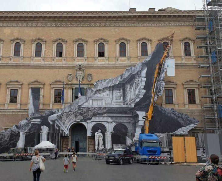 La obra simula una grieta en la fachada de este histórico edifico de Roma y muestra en blanco y negro una de sus salas más bellas