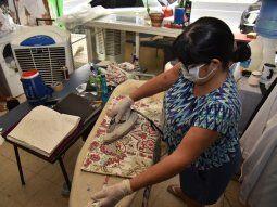 Quedate en casa. Las trabajadoras aprovechan la cuarentena para realizar  las tareas de la casa, como planchar, lavar la ropa, cocinar y dedicarse plenamente a la familia y a los hijos.