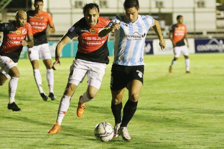 Jugadores de Guaireña y River Plate se disputan el balón.
