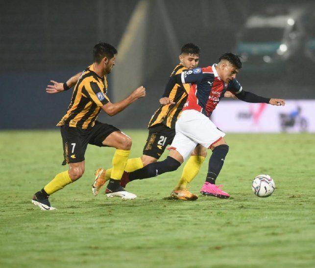 Claudio Aquino es perseguido por jugadores de Guaraní.
