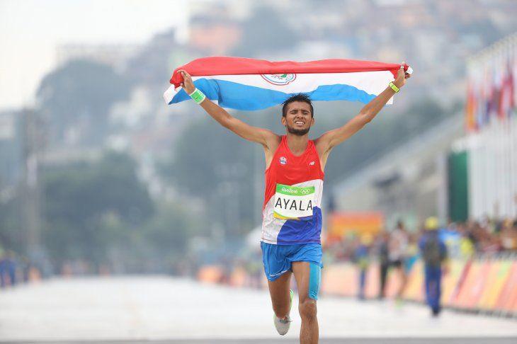 Derlys Ayala levanta la bandera paraguaya.