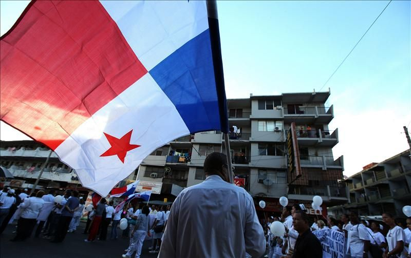 Un hombre protesta en Ciudad de Panamá