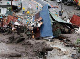 El alud, que tuvo lugar el sábado, ha afectado a unas 130 viviendas, algunas de las cuales han sido completamente destruidas, como dejaron constancia las imágenes compartidas en redes sociales y captadas por las televisiones locales.