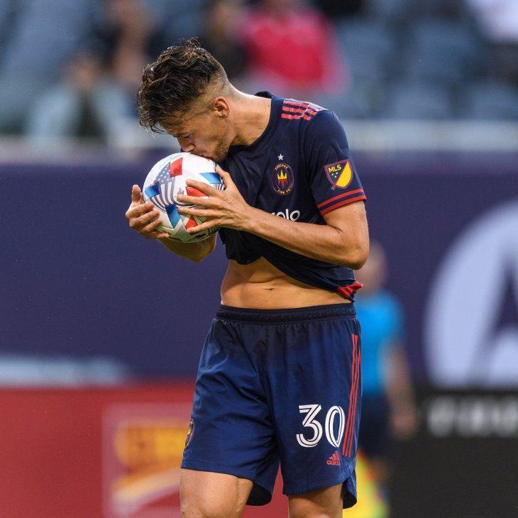 Gastón Giménez celera un gol del equipo.
