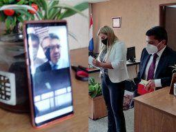 A la izquierda, el teléfono desde el cual Efraín Alegre sigue la audiencia en la Agrupación Especializada. A la derecha, la jueza Lovera y el abogado defensor Guillermo Duarte.