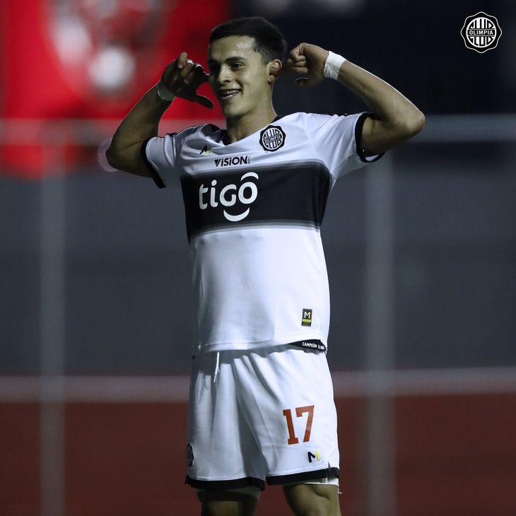 Ramón Sosa celebra un gol de Olimpia.