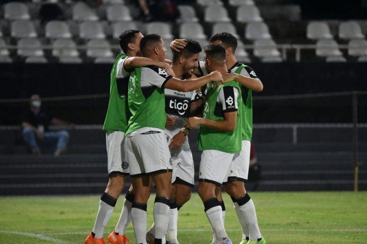 Pollo Recalde celebra el gol marcado ante Cerro.