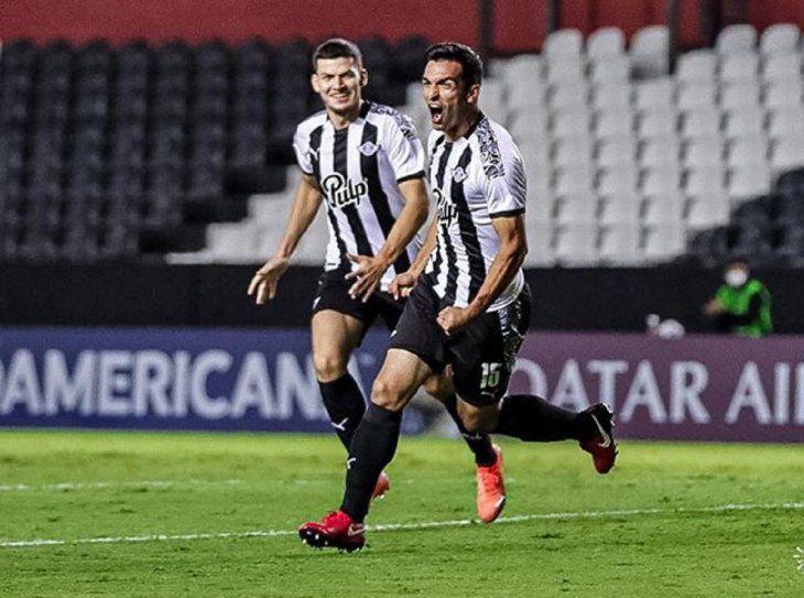 Rodrigo Bogarín y Alfio Oviedo celebran un gol de Libertad ante Palestino.