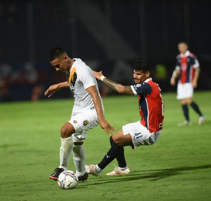 Roberto Fernández disputa el balón con Robert Morales.