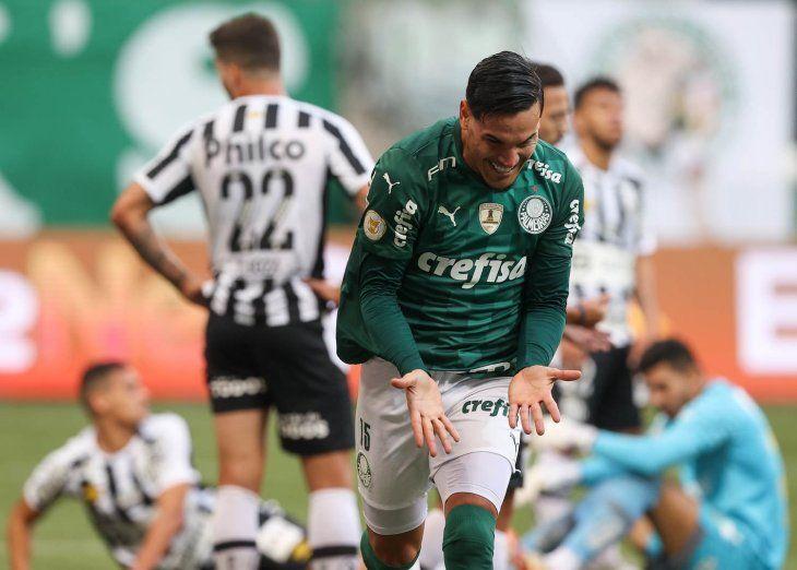 Gustavo Gómez festeja su gol para Palmeiras ante Santos.