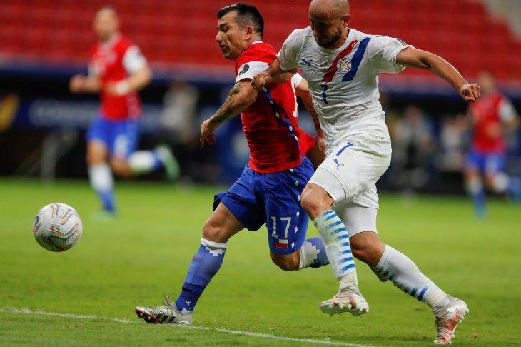 Gary Medel de Chile lucha el balón con Carlos González de Paraguay.