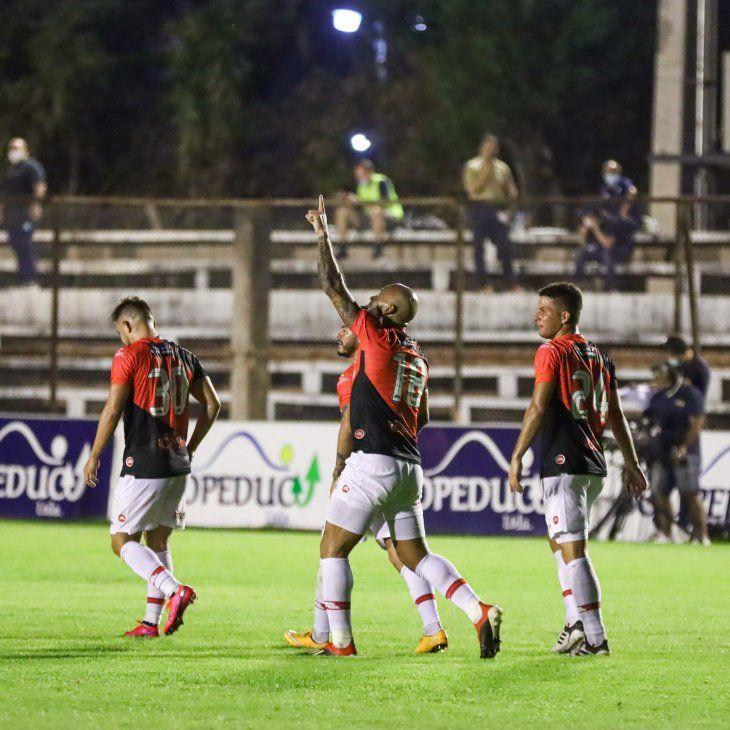 Dionicio Pérez abrió la cuenta para River Plate.