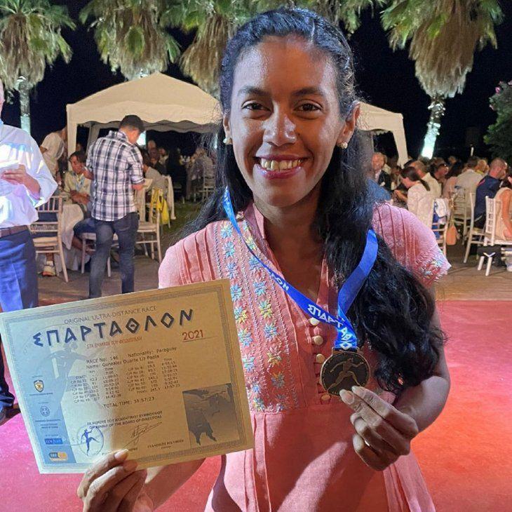 Lo logró. Liz Gonzálezexhibe su certificadode haber concluidoEspartatlón.