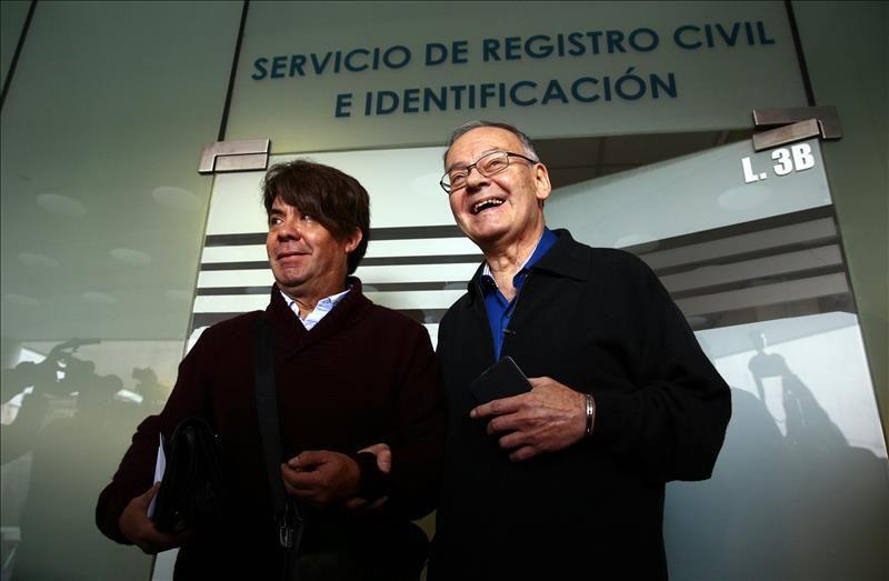 El periodista Italo Passalacqua (d) y su pareja