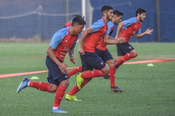 Jugadores de Cerro Porteño entrenan en Barrio Obrero.