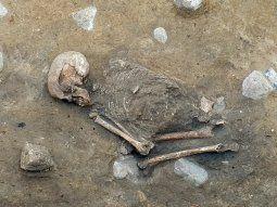 El doctor Christof Krauskopf, del Museo Nacional Arqueológico de  Brandeburgo, explicó que la mujer yace en cuclillas y tumbada sobre su  costado derecho, su cabeza está mirando hacia el este.