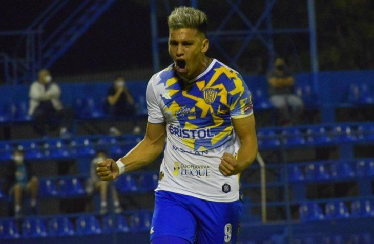 Nazareno Bazán festeja su gol para Sportivo Luqueño ante Sol de América.