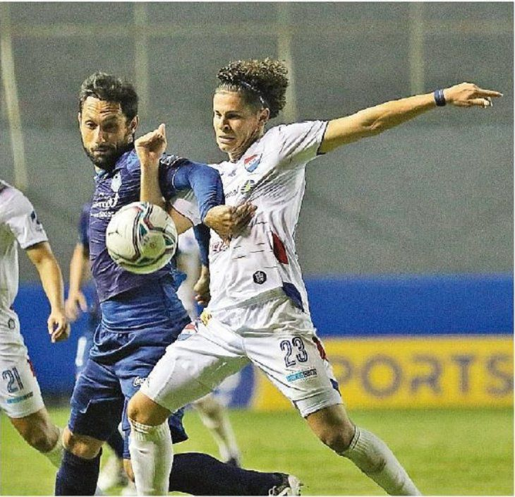 Reñido. Mendoza (d) disputa el balón a Paraguarí Espínola.