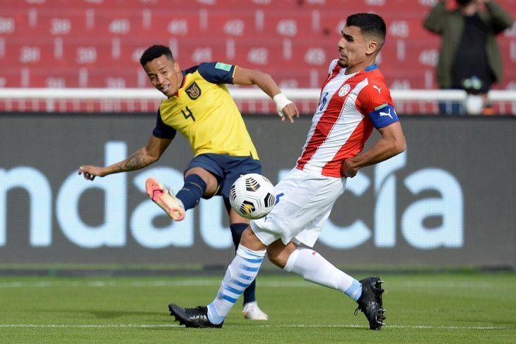 Byron Castillo (i) de Ecuador disputa el balón con Junior Alonso de Paraguay.