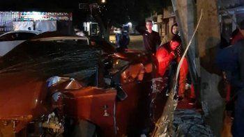 El conductor del vehículo emprendió velocidad e ingresó a la avenida San José, del barrio Ciudad Nueva, donde finalmente perdió el control e impactó contra una columa de la Administración Nacional de Electricidad (ANDE).