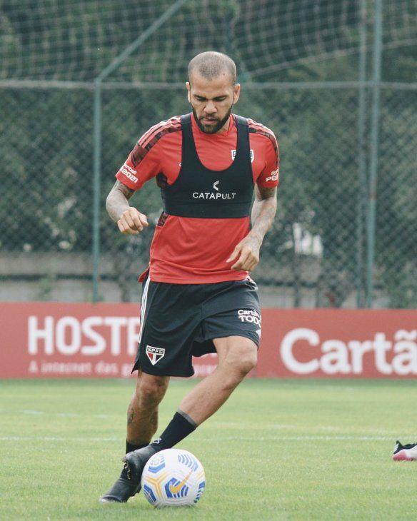 Dani Alves condiciona vuelta al Sao Paulo al pago de salario
