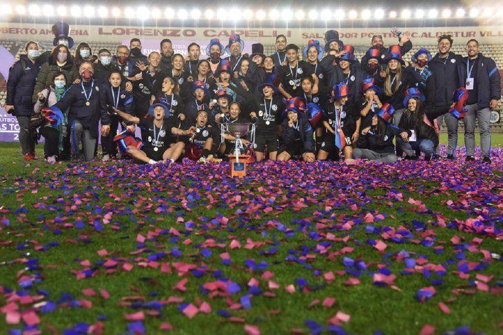 Alicia Bobadilla alzó la Copa del Torneo Apertura de Fútbol Femenino de Argentina con su club San Lorenzo de Almagro.