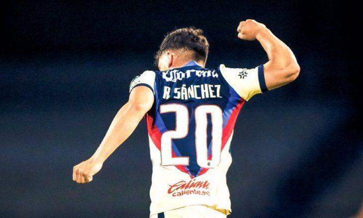 Richard Sánchez marca y celebra un gol del América.