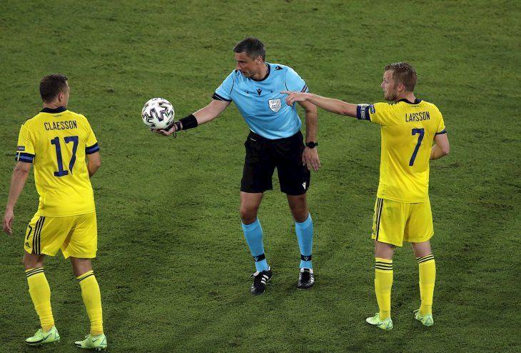 Jugadores de Suecia en un partido de Eurocopa contra España.