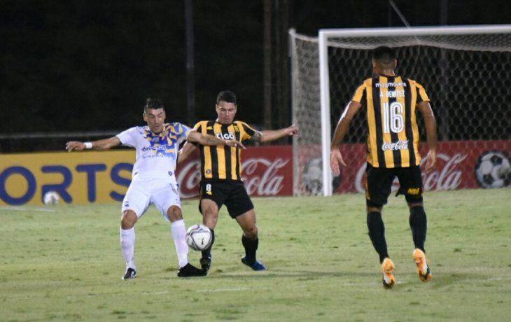 Édgar Benítez disputa el balón con un defensor de Guaraní.