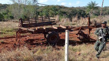 En la fotografía se puede observar que el camión quedó prácticamente destrozado. Luego del atentado, el motor del vehículo quedó a 70 metros del lugar de la explosión.