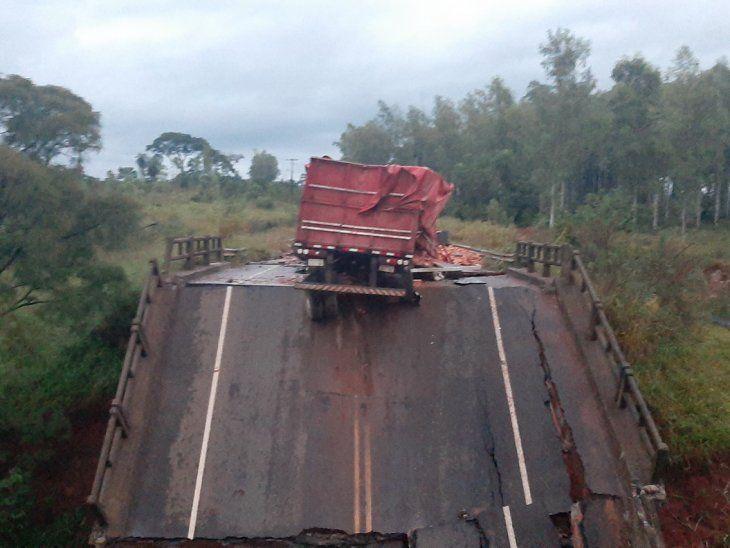 Derrumbe. La carreta del camión que transportaba materiales de construcción quedó al borde del asfalto del puente que luego cedió y fue a parar al fondo del arroyo, tras la caída.