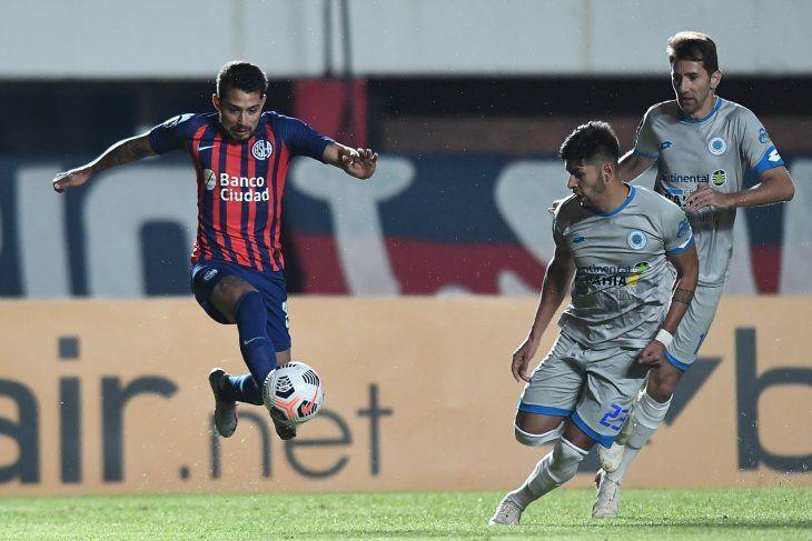 Jugadores de San Lorenzo y 12 de Octubre se disputan el balón.