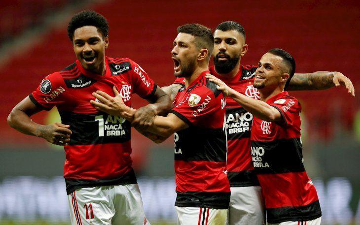 Jugadores de Flamengo celebran un gol.
