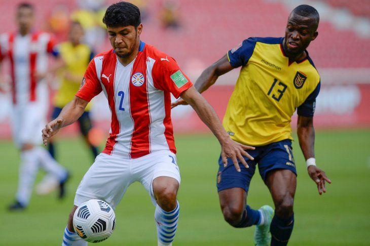 Enner Valencia disputa un balón con Robert Rojas.