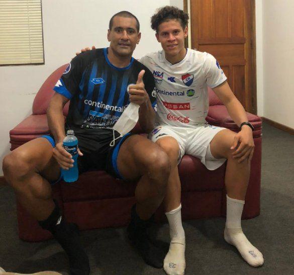 Paulo da Silva y Carlos Espínola después del partido entre Nacional-12 de Octubre.