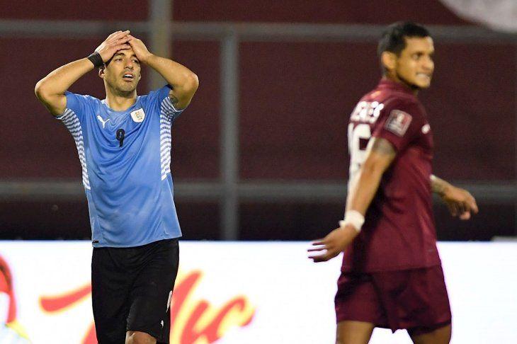 Luis Suárez (i) de Uruguay se lamenta contra Venezuela.