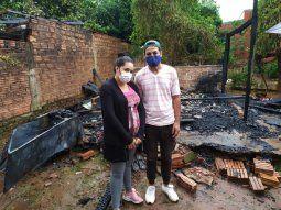 Alejandro Gómez y Liz Paola Duarte quedaron en la calle, tras el incendio de su vivienda en Encarnación, por lo que recurren a la solidaridad ciudadana para volver a reconstruir su casa.