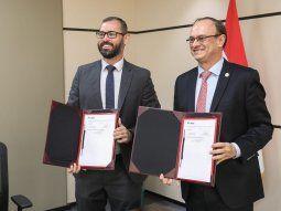 Los titulares de la DNCP, Pablo Seitz, e Itaipú (interino), Ernst Bergen, en el marco del acuerdo firmado para publicar los procesos convocados por la binacional.
