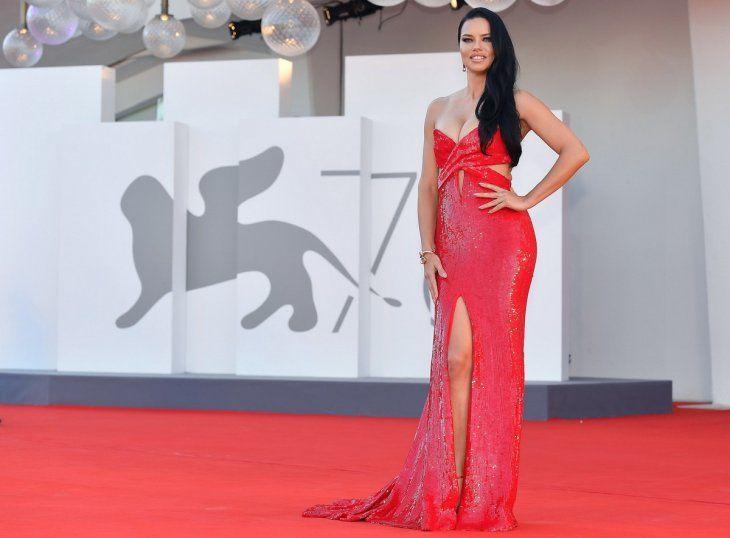 En degradé. Aitana Sánchez-Gijón llevó un vestido palabra de honor con paneles de pailettes alrededor del corsé y amplia falda de tul