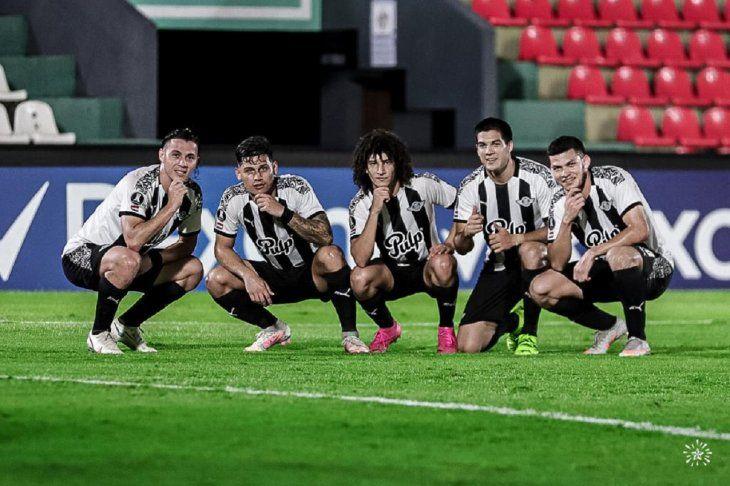 Jugadores de Libertad celebran un gol.