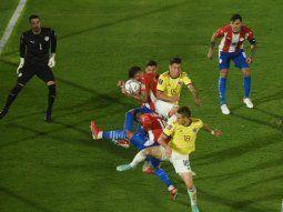 Acción clave. Tras el centro desde la derecha, el lateral paraguayo Santiago Arzamendia metió la mano y el árbitro brasileño Claus fue al VAR y pitó a favor de Colombia. El talentoso Juan Guillermo Cuadrado transformó en gol el tiro.