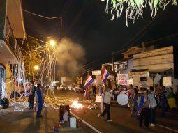 Los manifestantes escracharon al diputado liberal Rodrigo Blanco por impulsar la creación de una comisión para la reglamentación de la pérdida de investidura.