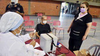 Descenso. Las autoridades de Salud resolvieron bajar un escalón, desde el lunes que viene, para llegar a una mayor cantidad de gente y empezar a vacunar a las personas de 70 años.