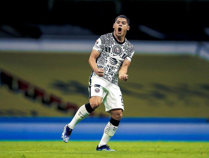 Richard Sánchez festeja su gol para el América de México.