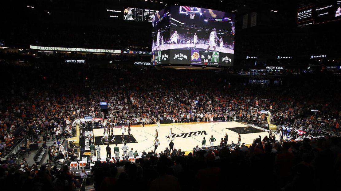 Vista general del primer partido de la serie de playoffs de las Finales de la NBA 2021 entre los Milwaukee Bucks y los Phoenix Suns en el Phoenix Suns Arena de Phoenix.