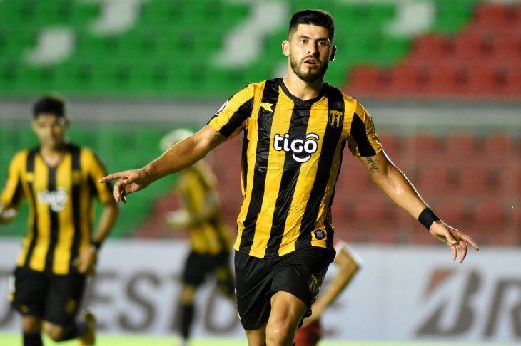 José Florentín celebra un gol de Guaraní.