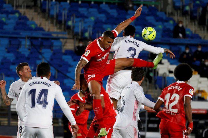 Jugadores del Real Madrid se disputan el balón con los de Sevilla.